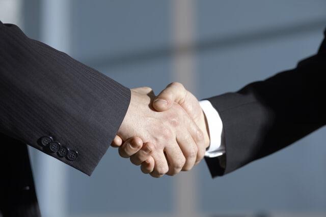 トランクルームフランチャイズ契約で握手